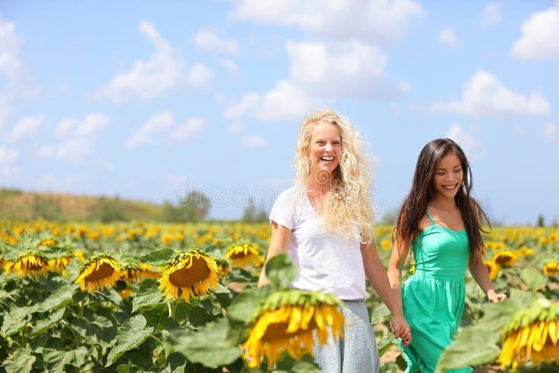 Meisjes het houden dient zonnebloemgebied in stock afbeeldingen