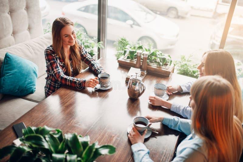 Meisjes het ontspannen en drinkt koffie in koffie royalty-vrije stock afbeelding