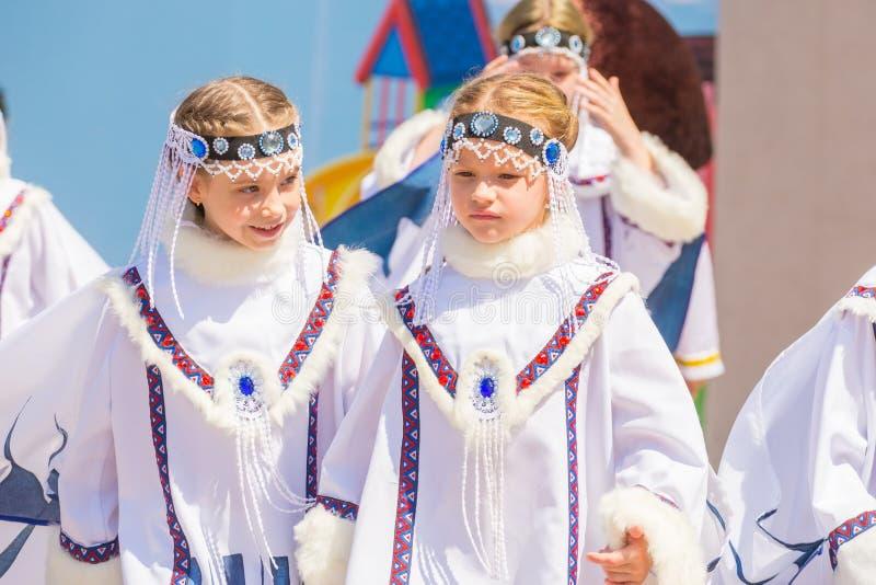 meisjes in het Russische nationale kostuum in een park op een de zomer zonnige dag royalty-vrije stock afbeelding