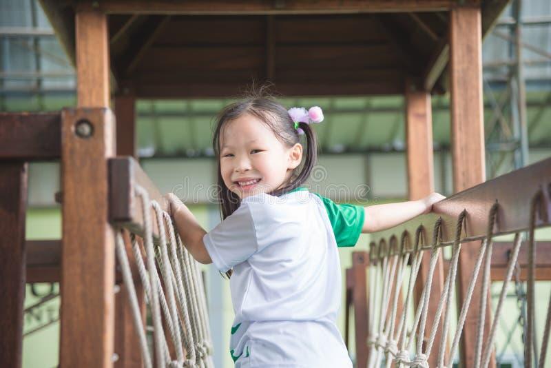 Meisjes het spelen en glimlachen in schoolspeelplaats stock foto's