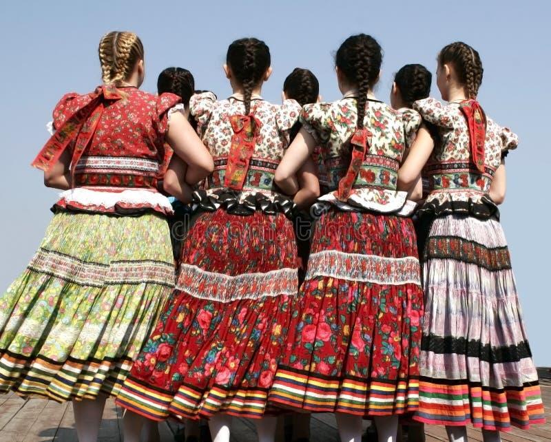 Meisjes in Hongaarse traditionele kleding royalty-vrije stock afbeelding