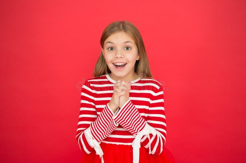 Meisjes hoopvol opgewekt gezicht die wens maken Geloof in mirakel Het kindmeisje die haar wens dromen komt waar Het mirakel gebeu stock afbeeldingen
