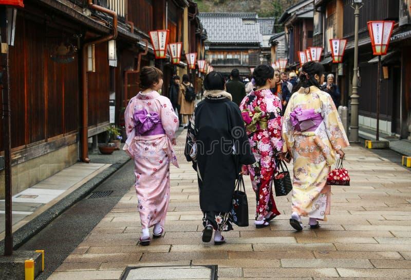 Meisjes in kimano op de straat Higashi Chaya District in Kanazawa, Japan stock fotografie