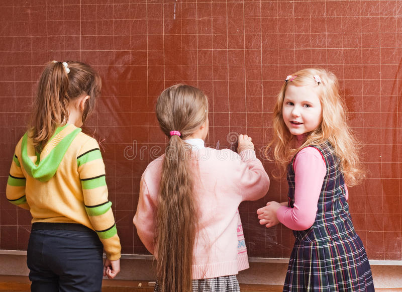 Meisjes in klaslokaal stock fotografie