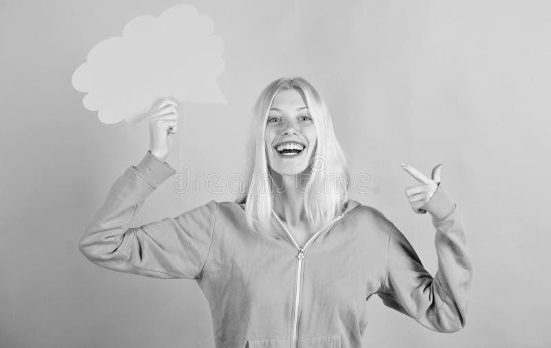 Meisjes leuk blonde met toespraakbel Wat op haar mening is Creeer idee Gedachten van vrolijke aanbiddelijke vrouw Idee?n en royalty-vrije stock foto's