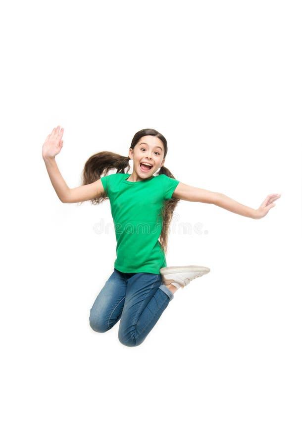 Meisjes leuk kind die met lang haar ontzagwekkende actief voelen Vrije tijd en activiteit Actief spel voor kinderen Binnen gevang royalty-vrije stock afbeelding