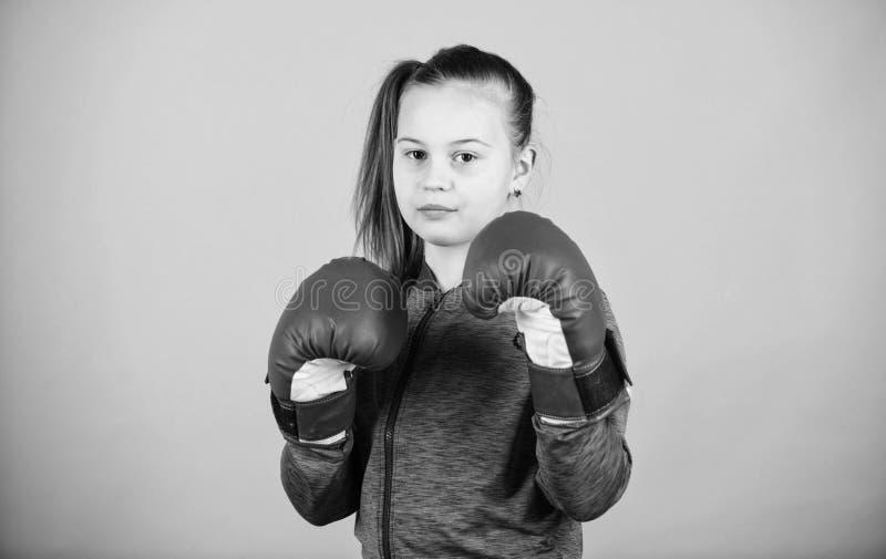 Meisjes leuke bokser op blauwe achtergrond Met grote macht komt grote verantwoordelijkheid Tegendeel aan stereotype Bokserkind bi royalty-vrije stock foto