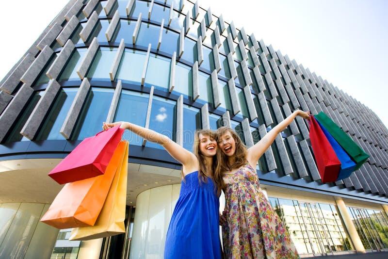 Meisjes met het winkelen zakken royalty-vrije stock afbeeldingen