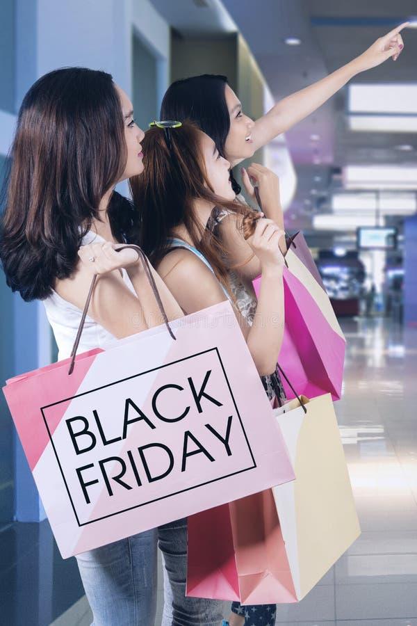 Meisjes met het winkelen zakken bij wandelgalerij royalty-vrije stock fotografie