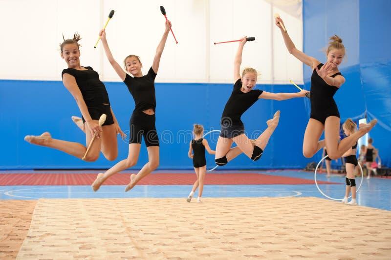 Meisjes met Indische clubs tijdens hoogspringen stock fotografie