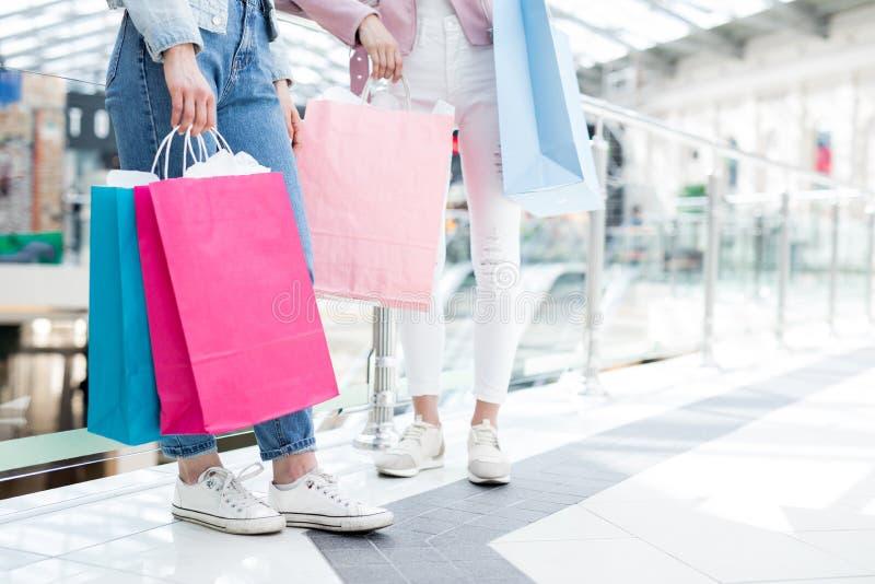 Meisjes met kleurrijke het winkelen zakken royalty-vrije stock fotografie