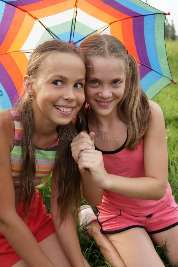 Meisjes met paraplu stock afbeelding