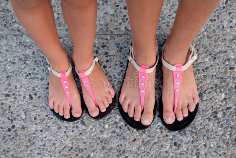 Meisjes met sandals op zijn voeten stock afbeelding