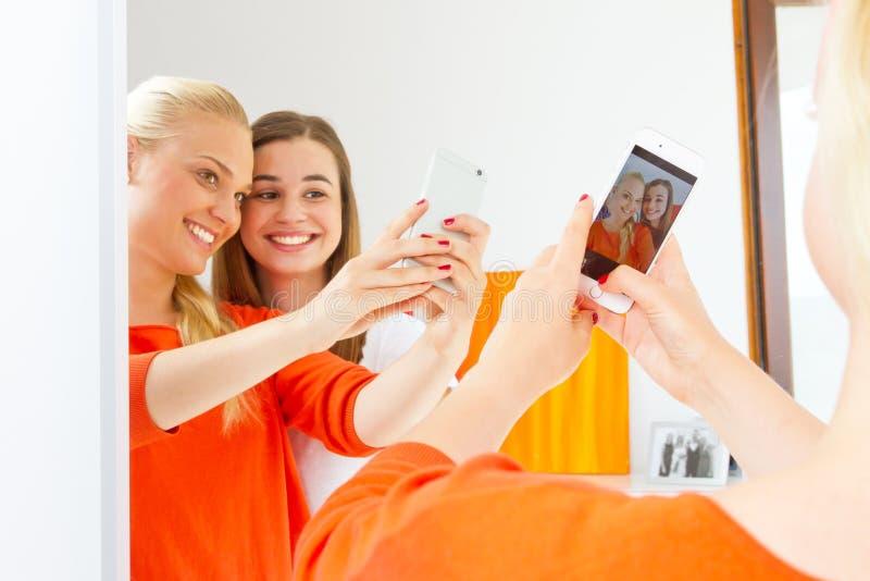 Meisjes met slimme telefoon royalty-vrije stock afbeeldingen