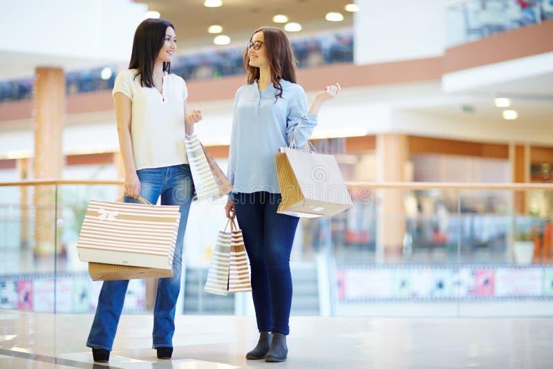 Meisjes in modern winkelcentrum stock fotografie