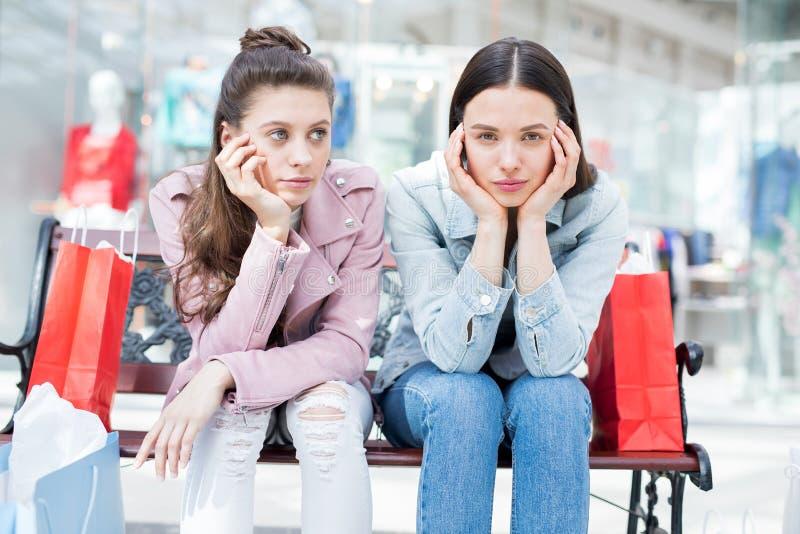 Meisjes na het winkelen royalty-vrije stock afbeeldingen