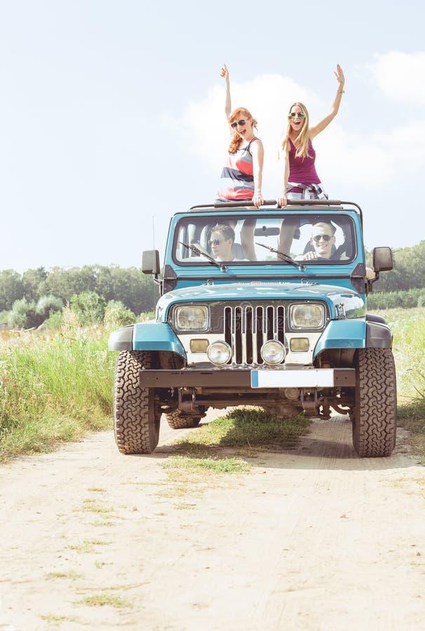 Meisjes in off-road voertuig royalty-vrije stock afbeeldingen