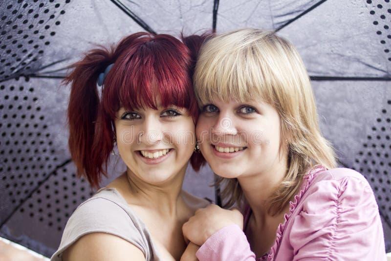 Meisjes onder een paraplu royalty-vrije stock afbeeldingen