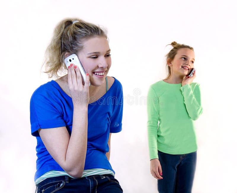 Meisjes op Celtelefoons stock foto