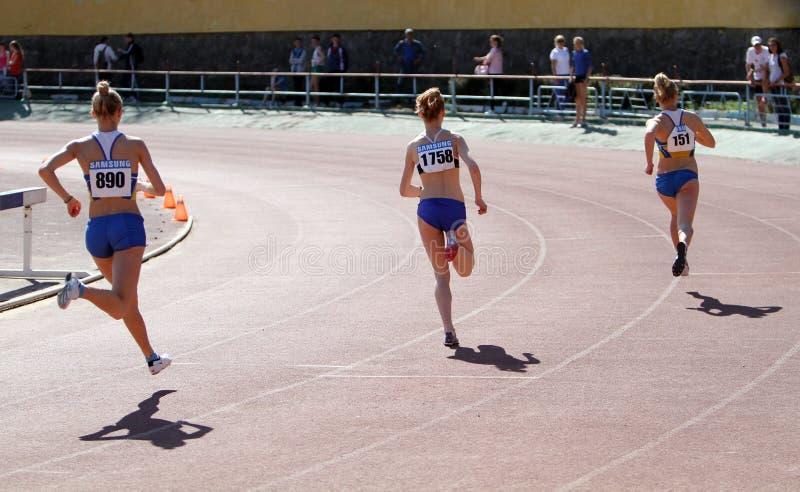 Meisjes op de 800 meters ras royalty-vrije stock foto's