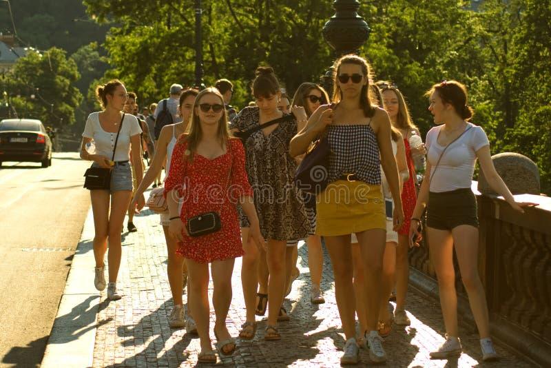 Meisjes op de stoep stock afbeelding