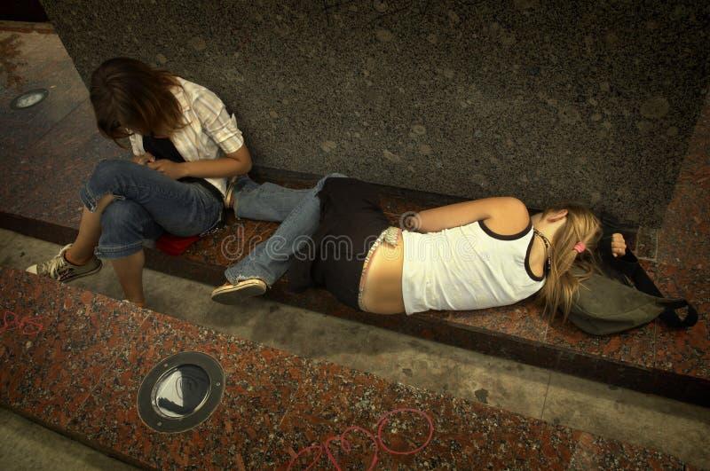Meisjes op de straat in uit royalty-vrije stock fotografie