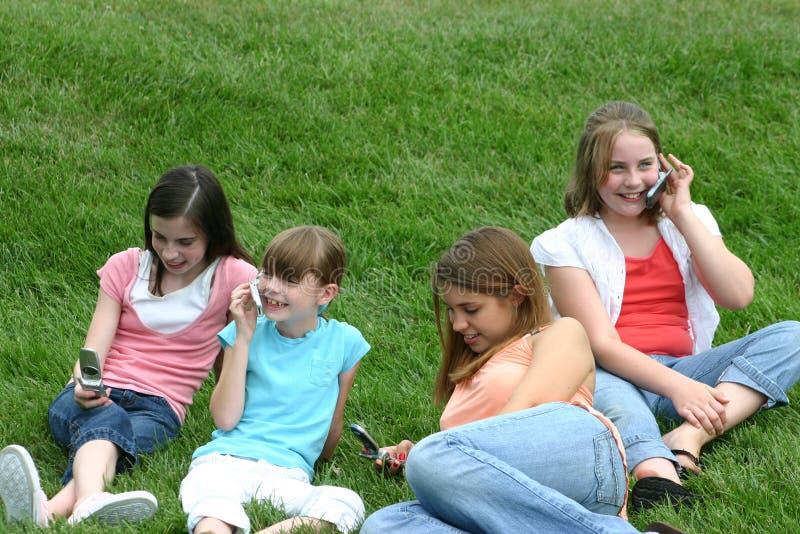 Meisjes op de Telefoons van de Cel royalty-vrije stock afbeeldingen