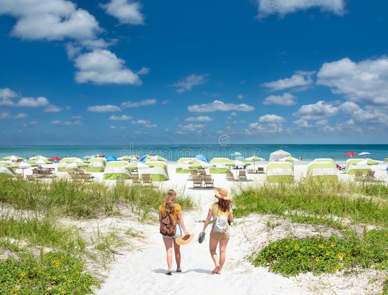 Meisjes op de vakantie van het de zomerstrand in Florida royalty-vrije stock afbeeldingen