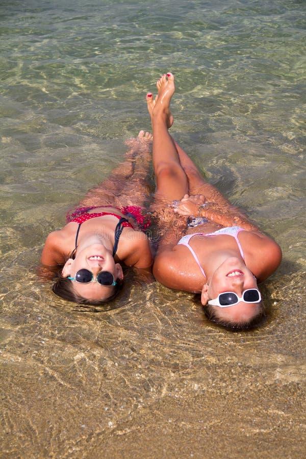 Meisjes op het strand stock foto's