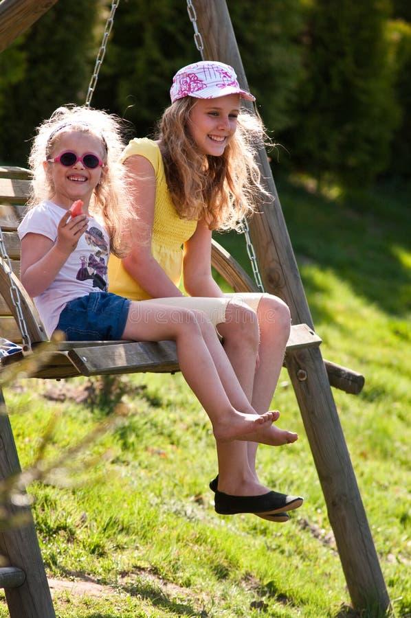 Meisjes op schommeling royalty-vrije stock afbeelding