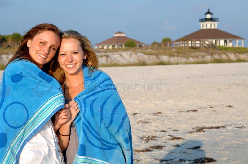 Meisjes op strand stock afbeeldingen