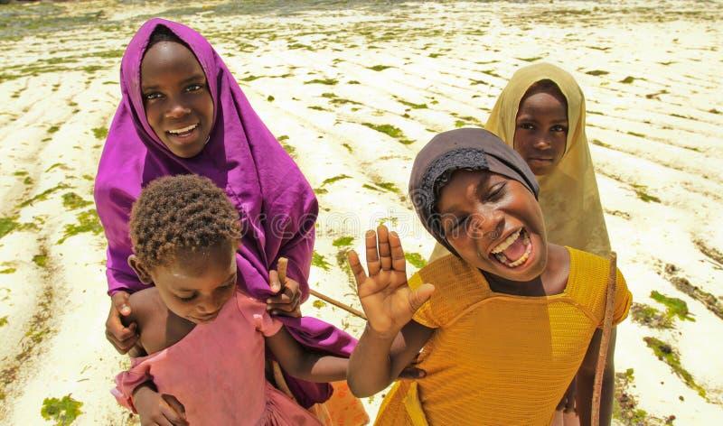 Meisjes op strand in Zanzibar, Afrika royalty-vrije stock foto