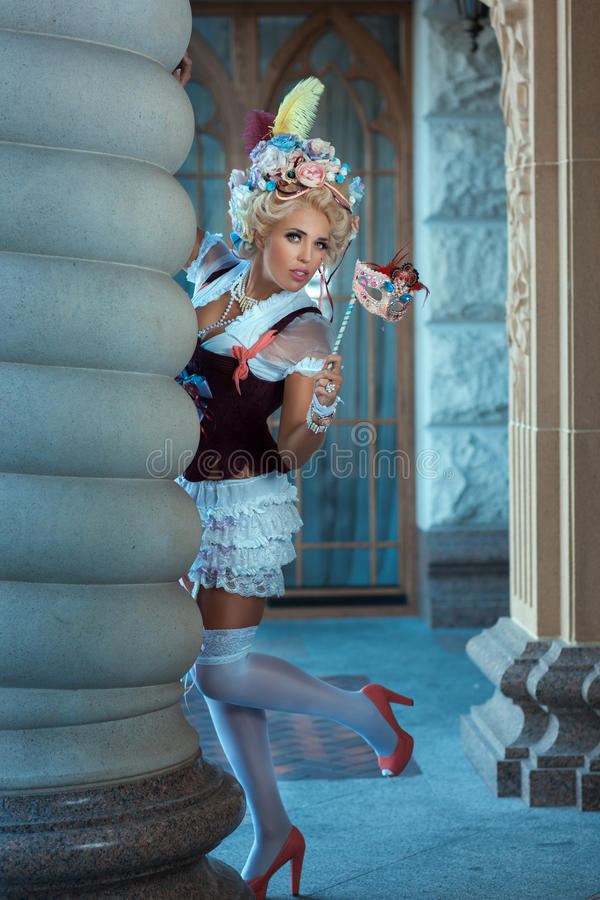 Meisjes oude kleding met masker in zijn hand royalty-vrije stock afbeelding