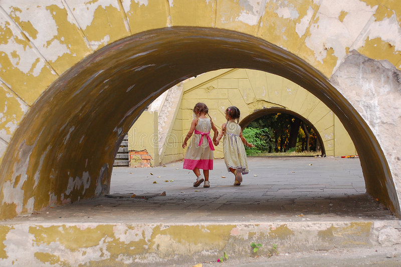 Meisjes in overwelfde galerij royalty-vrije stock afbeeldingen