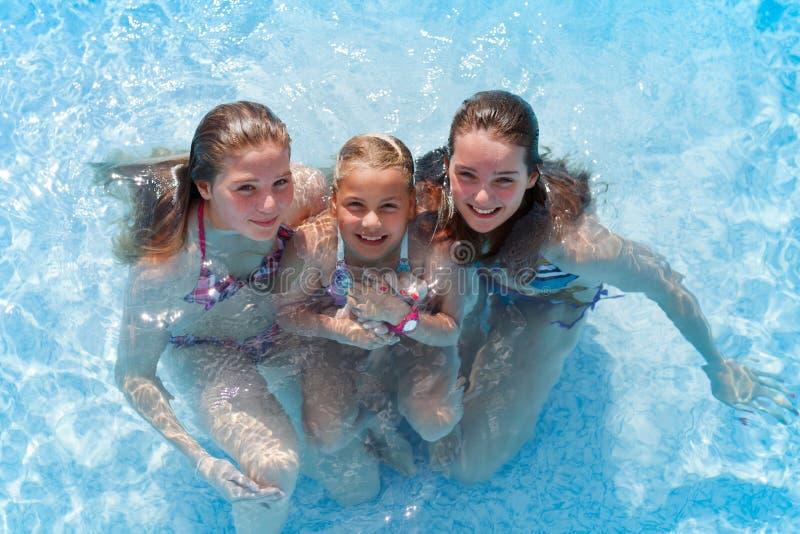 Meisjes in pool stock foto