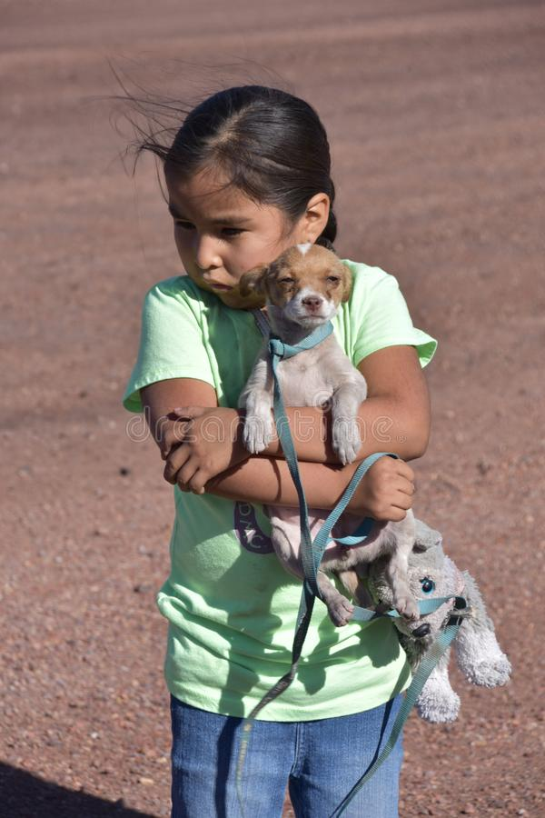 Meisjes` s Beste Vriend: Het Meisje van Dinénavajo en haar hond bij enkel Beweging het Gang stock fotografie