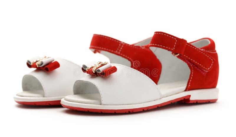 Meisjes` s rode en witte sandals stock foto's