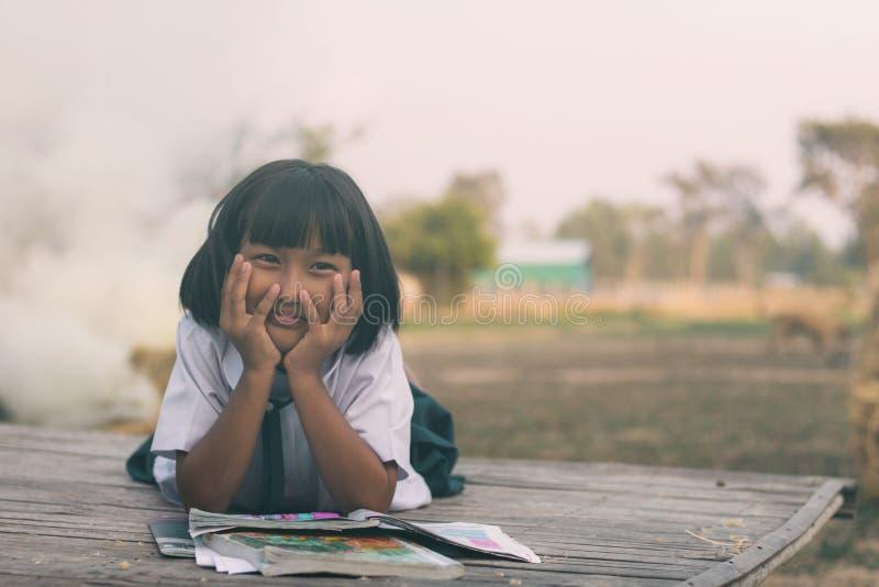 Meisjes in school eenvormig op bamboemat stock foto