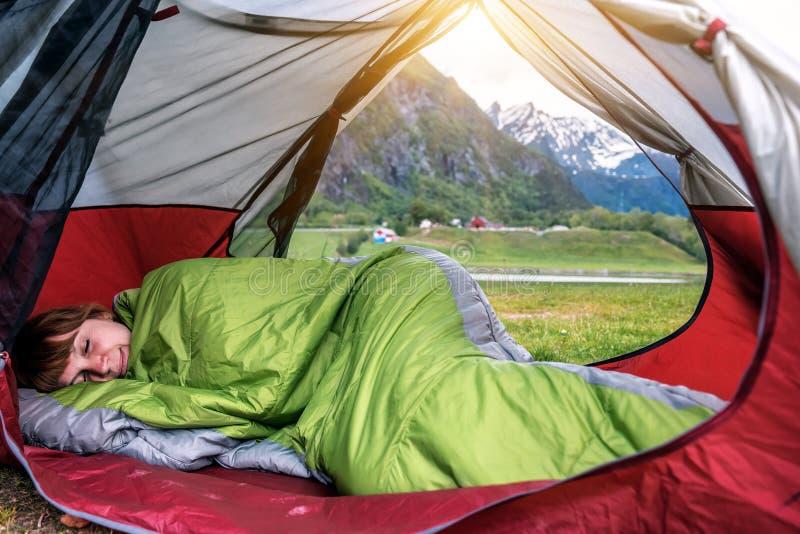 Meisjes slapen in de tent in de berg royalty-vrije stock fotografie