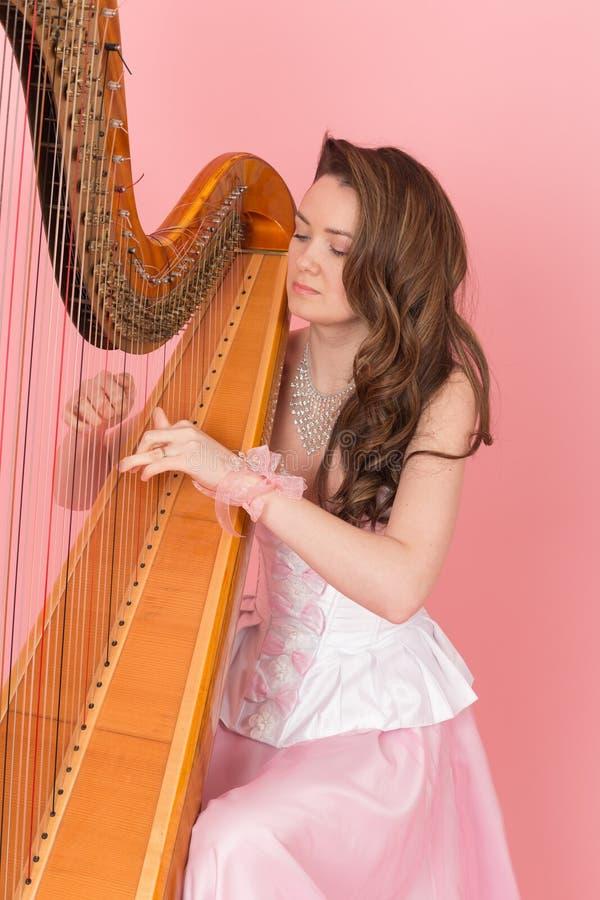 Meisjes speelmuziek op een harp royalty-vrije stock foto
