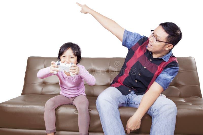 Meisjes speelspel met boze vader stock afbeelding