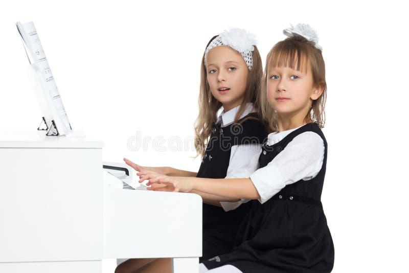Meisjes spelen piano Geïsoleerd op witte achtergrond royalty-vrije stock foto