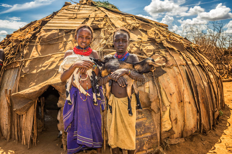 Meisjes van de Afrikaanse de holdingsgeiten van stamdaasanach royalty-vrije stock foto's