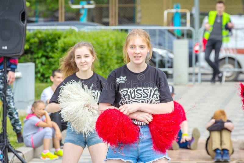 Meisjes van de cheerleading groep bij de viering van de middelbare schoolgraduatie royalty-vrije stock foto's