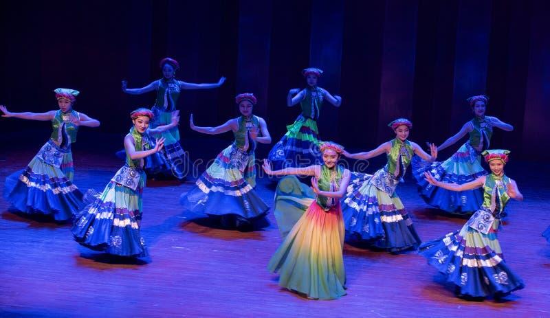 Meisjes 2 van het Yikostuum de volksdans van Axi sprong-Yi van het dansdrama royalty-vrije stock foto