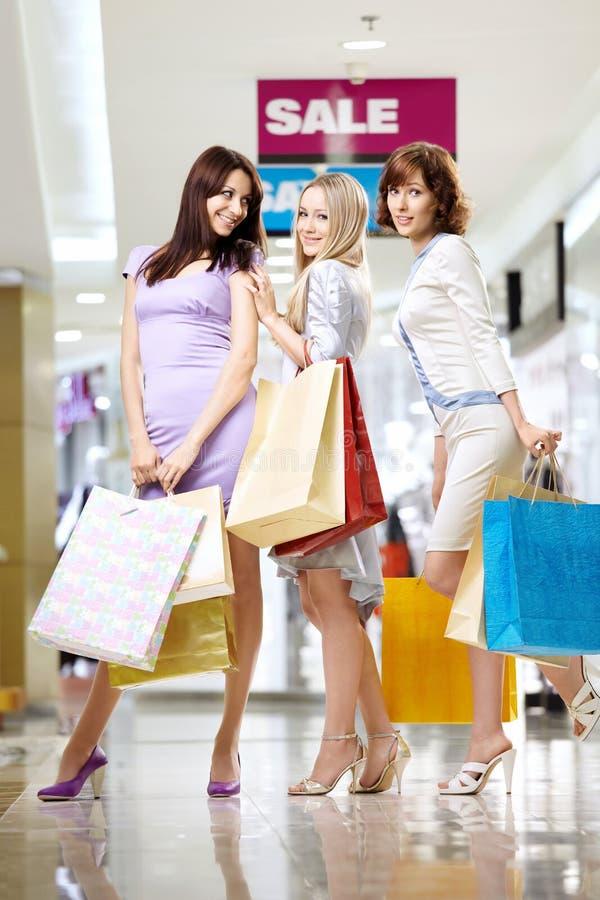 Meisjes in winkel stock foto