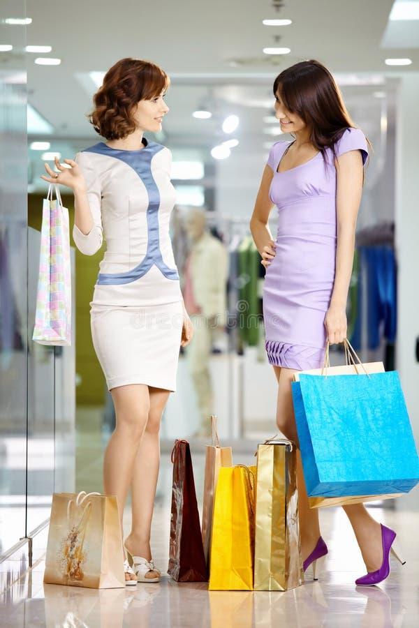 Meisjes in winkel stock afbeelding