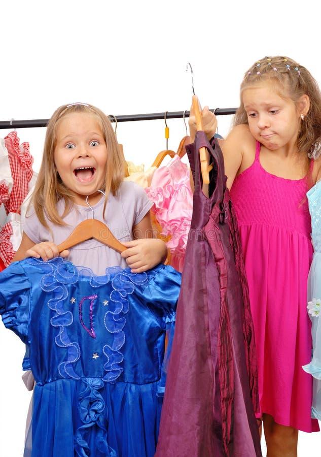 Meisjes in winkel van kleding. Geïsoleerdi op wit royalty-vrije stock afbeelding