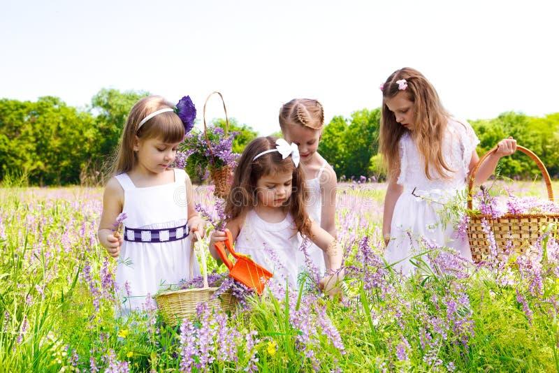 Meisjes in witte kleding royalty-vrije stock fotografie