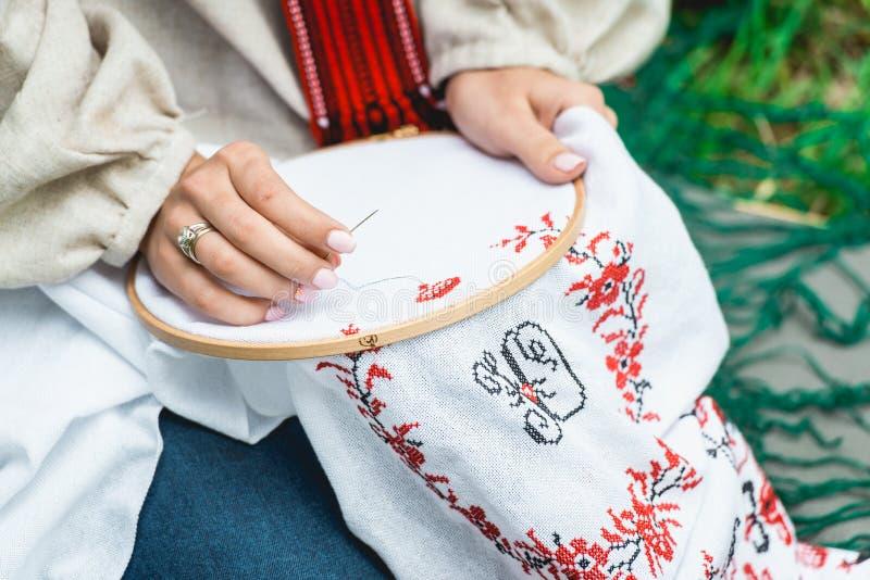 Meisjesachtig vrije tijdsconcept Meisje in traditionele Oekraïense kleren die met een dwarsmethode borduren royalty-vrije stock foto's